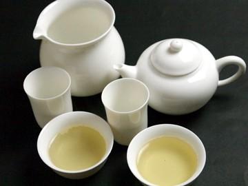 白磁茶壷セットでお茶を淹れた様子